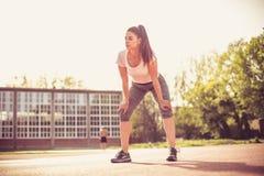 Tempo della rottura Giovane donna di sport Fotografie Stock Libere da Diritti