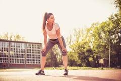 Tempo della rottura Giovane donna di sport Fotografia Stock Libera da Diritti