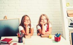 Tempo della scuola delle ragazze Di nuovo all'istruzione domestica e dello scuola Le bambine mangiano la mela all'intervallo di p immagine stock libera da diritti