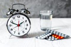 Tempo della sveglia di prendere medicina Immagine Stock Libera da Diritti