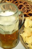 Tempo dello spuntino con le ciambelline salate, le patatine fritte & la birra Fotografia Stock