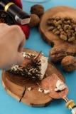 Tempo dello spuntino di Natale Formaggio e vino con la mano Fotografie Stock Libere da Diritti
