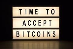 Tempo di accettare il bordo del segno della scatola leggera dei bitcoins Fotografia Stock