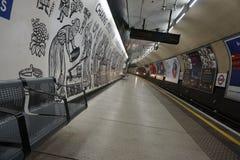 Tempo di attesa sulla stazione della metropolitana in sotterraneo di Londra fotografia stock libera da diritti