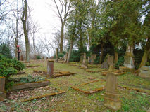 Tempo di autunno nel vecchio cimitero ebreo abbandonato ed esaminato Fotografia Stock Libera da Diritti