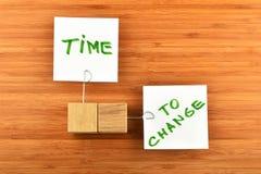 Tempo di cambiare, due note di carta con i supporti su legno Immagine Stock Libera da Diritti