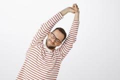 Tempo di fare esercizio per l'ente sano Ritratto dell'uomo attraente stanco e piacevole con la setola in occhiali neri Fotografia Stock