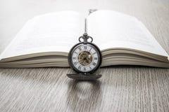 Tempo di imparare e leggere il libro immagini stock