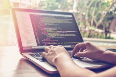 Tempo di lavoro di programmazione Programmatore Typing New Lines del codice del HTML Primo piano della mano e del computer portat fotografia stock