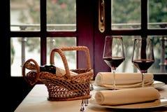 Tempo di mangiare con vino Fotografie Stock Libere da Diritti