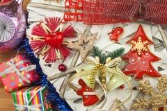 Tempo di natale Decorazioni per i presente Ornamenti di Natale su un bordo di legno Ornamenti casalinghi di Natale Immagine Stock Libera da Diritti