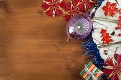 Tempo di natale Decorazioni per i presente Ornamenti di Natale su un bordo di legno Ornamenti casalinghi di Natale Immagini Stock Libere da Diritti