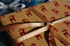 Tempo di Natale! Regalo di Natale con le renne di scintillio fotografie stock libere da diritti