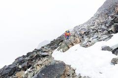 Tempo di nevicata di camminata turistico della tempesta della traccia di montagna dell'alpinista Fotografie Stock