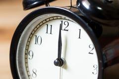 Tempo di orologio d'annata del primo piano all'orologio del ` di 12 o Fotografia Stock Libera da Diritti