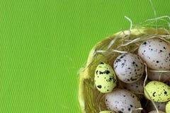 tempo di pasqua, tempo di pasqua della famiglia, uova di Pasqua, grande tempo della famiglia, Fotografie Stock Libere da Diritti
