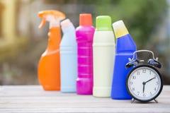 Tempo di pulizia con i prodotti per la pulizia e gli strumenti Fotografia Stock Libera da Diritti