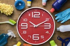Tempo di pulizia con i prodotti per la pulizia e gli strumenti Immagine Stock
