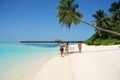 Tempo di qualità di spesa della famiglia su un'isola delle Maldive Fotografia Stock Libera da Diritti