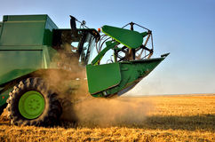 Tempo di raccolto. Macchinario di agricoltura Immagine Stock