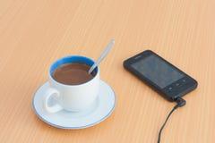 Tempo di rilassamento con il caffè del latte Fotografia Stock Libera da Diritti