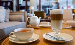 Tempo di rilassarsi - tè e latte Immagine Stock Libera da Diritti