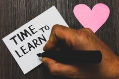 Tempo di scrittura del testo della scrittura di imparare Il significato di concetto ottiene la conoscenza nuova o l'abilità educa fotografie stock