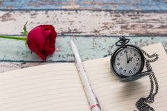 Tempo di scrittura per amore: rosa rossa, giornale, penna e orologio da tasca Fotografia Stock Libera da Diritti