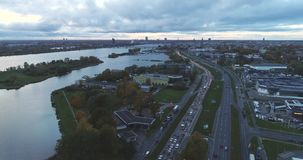 Tempo di sera di Autumn Drone Flight della città della città di Riga vecchio giù video d archivio