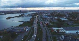 Tempo di sera di Autumn Drone Flight della città della città di Riga vecchio giù stock footage