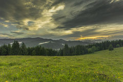 Tempo di sera nelle montagne Immagini Stock