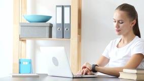 Tempo di sorveglianza aspettante della donna sull'orologio sul lavoro in ufficio Immagine Stock