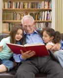 Tempo di storia con il grandpa Fotografie Stock Libere da Diritti