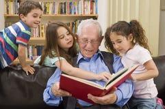 Tempo di storia con il grandpa Fotografia Stock Libera da Diritti