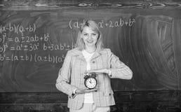 Tempo di studiare Anno scolastico benvenuto dell'insegnante Lezione con esperienza di inizio dell'educatore Che ore sono Si preoc fotografie stock