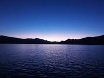Tempo di tramonto accanto all'isola di komodo fotografia stock