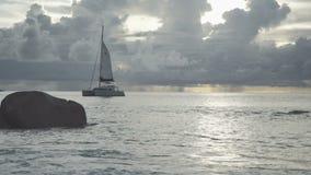 Tempo di tramonto alla spiaggia di Anse Lazio, Praslin, Seychelles stock footage