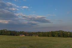Tempo di tramonto nell'alta parte del villaggio di Roprachtice Fotografia Stock