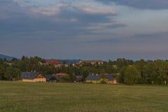Tempo di tramonto nell'alta parte del villaggio di Roprachtice Fotografia Stock Libera da Diritti