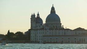Tempo di tramonto, vista sbalorditiva sulla basilica di Santa Maria della Salute a Venezia archivi video
