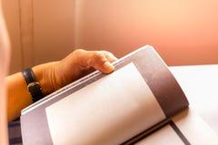 Tempo di uccisione del passeggero della donna dal libro di lettura mentre viaggiando sull'aereo fotografie stock libere da diritti