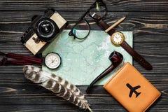 Tempo di viaggiare concetto, disposizione del piano dei pantaloni a vita bassa bussola a del passaporto della mappa Fotografia Stock Libera da Diritti