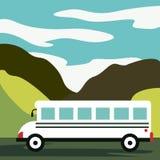 Tempo di viaggiare Il bus piano di giallo di vettore va sulla strada principale nel deserto Montagne, strada e paesaggio delle nu illustrazione di stock