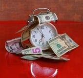 Tempo é dinheiro conceito - pulso de disparo e dólares Imagem de Stock Royalty Free