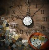 Tempo é dinheiro - relógio e moedas velhos Fotografia de Stock Royalty Free