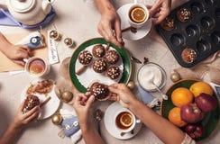 Tempo do advento Tea party da família com queques caseiros Imagem de Stock Royalty Free