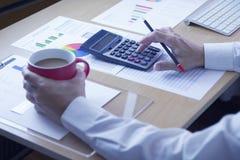 Tempo do café durante a revisão de informes anuais no investme do negócio Fotografia de Stock Royalty Free