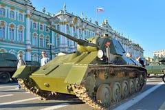 Tempo do carro de combate leve T-70 da segunda guerra mundial no quadrado do palácio no dia de Foto de Stock