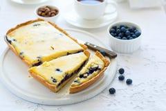 Tempo do chá Bolo de queijo caseiro do mirtilo, copos do chá, porcas e baga Imagem de Stock Royalty Free