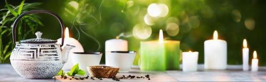 Tempo do chá em um fundo natural fotos de stock royalty free